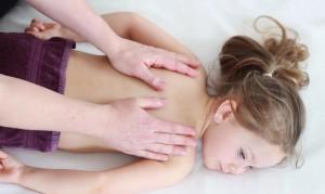 Massage des enfants d'aĝe scolaire et pré-scoalire: un tête à tête important
